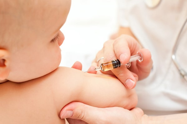 Tía tô hiện tượng trẻ bị sốt sau khi tiêm phòng