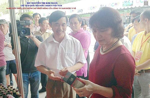 Bà Nguyễn Thị Kim Ngân (Chủ tịch quốc hội) nghe giới thiệu sản phẩm Cao Thiên Đông của Công ty Nam Dược Y Võ