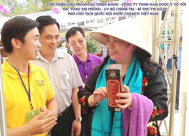 Bà Tòng Thị Phóng (Phó chủ tịch Quốc Hội) nghe giới thiệu về Cao Thiên Đông của Công ty Nam Dược Y Võ
