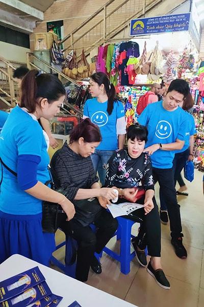 Hàn Phong Khang trong buổi trải nghiệm miễn phí tại chợ Vĩnh Phúc