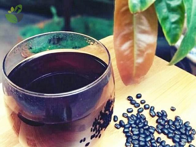 Uống nước đậu đen giải độc